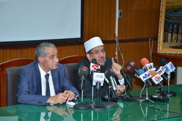 <center> خلال توقيعه لبروتوكول التعاون <br/> مع وزارة التموين <center/> وزير الأوقاف يؤكد :